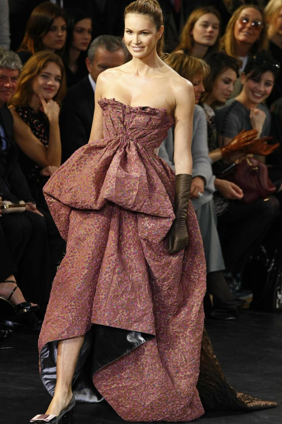 Veteranen Elle MacPherson var også blant Louis Vuittons modeller. Foto: All Over PressAll Over Press