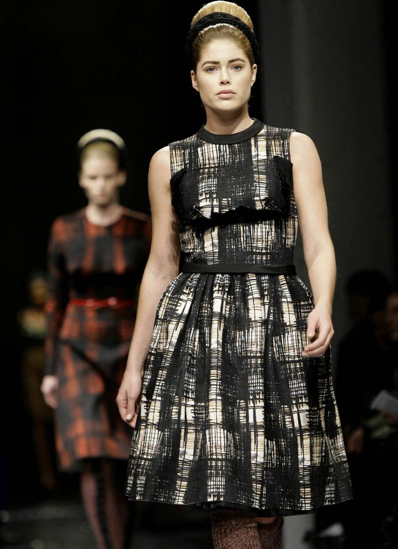 Her går modellen Doutzen Kroes for Prada. Foto: All Over PressAll Over Press