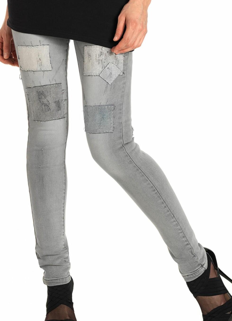 Tights i jeansmateriale kan være kjempefint sammen med en sporty topp og høye hæler. (kr 280, Vero Moda).