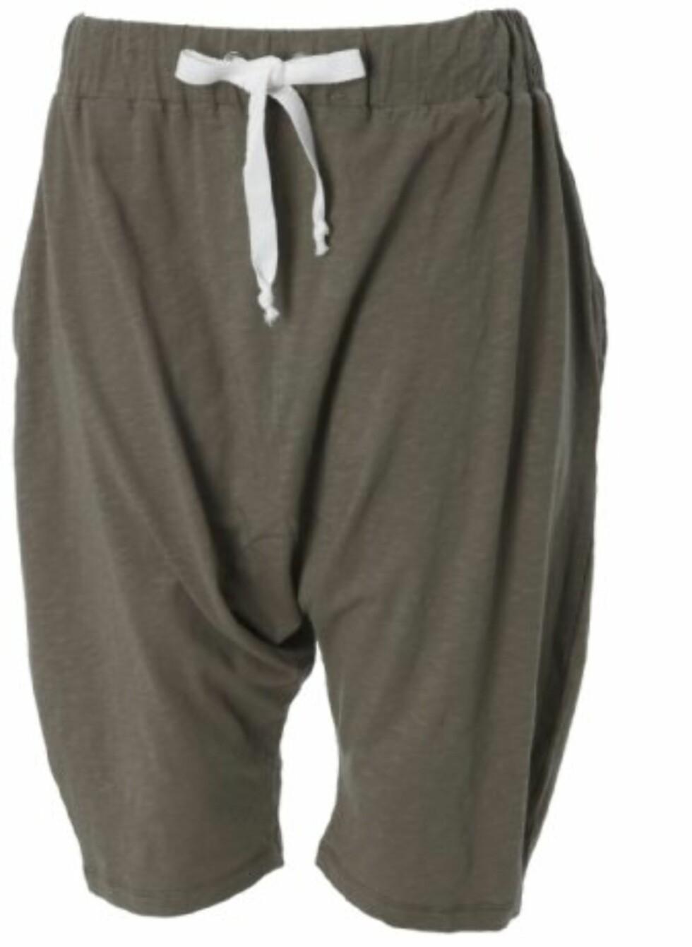 En blanding mellom joggebukse og shorts (kr 150, Gina Tricot).