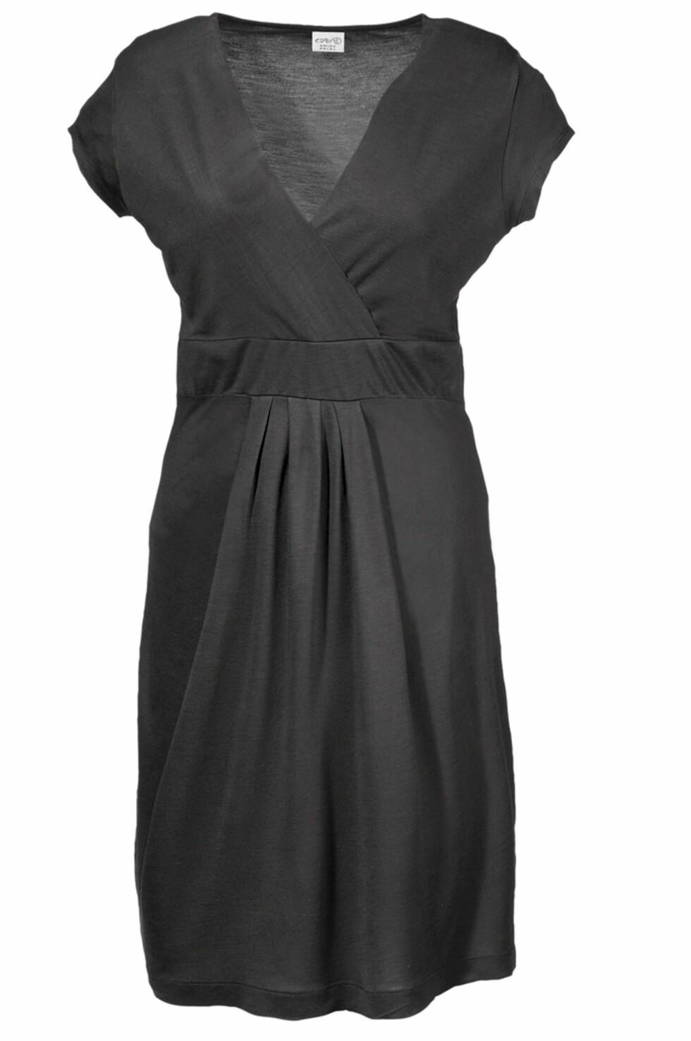Figurnær kjole med innsving og omslag i front (kr 399/Esprit). Foto: ellos.no