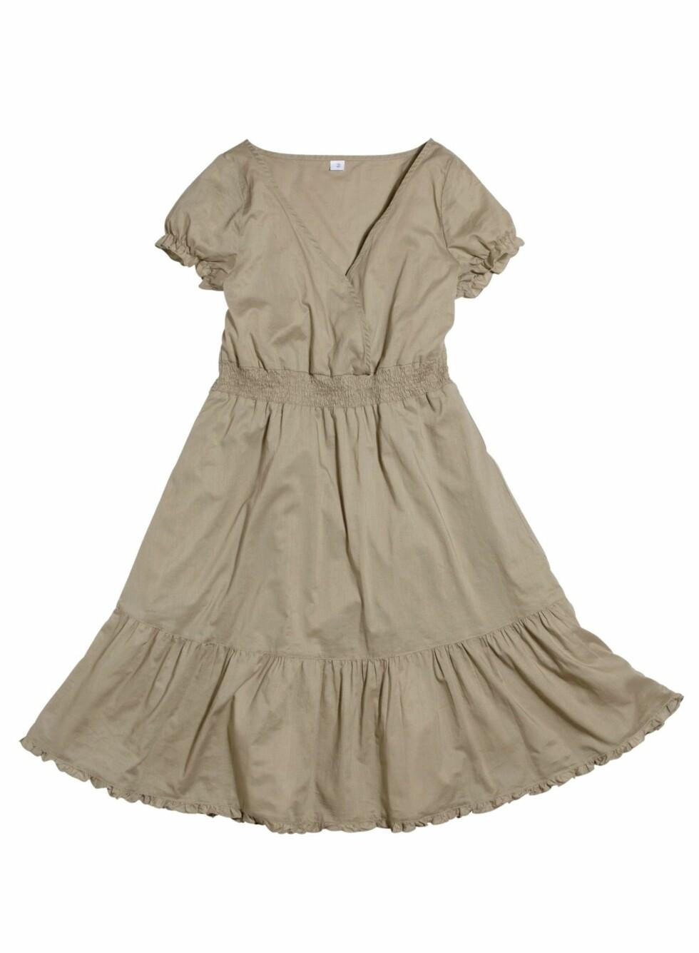 Enkel beige kjole med innsving og omslag i front (kr 179/Ellos). Foto: produsent