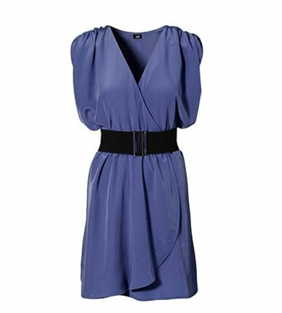 Blå omslagskjole med belte i livet (kr 299/H&M). Foto: Produsent