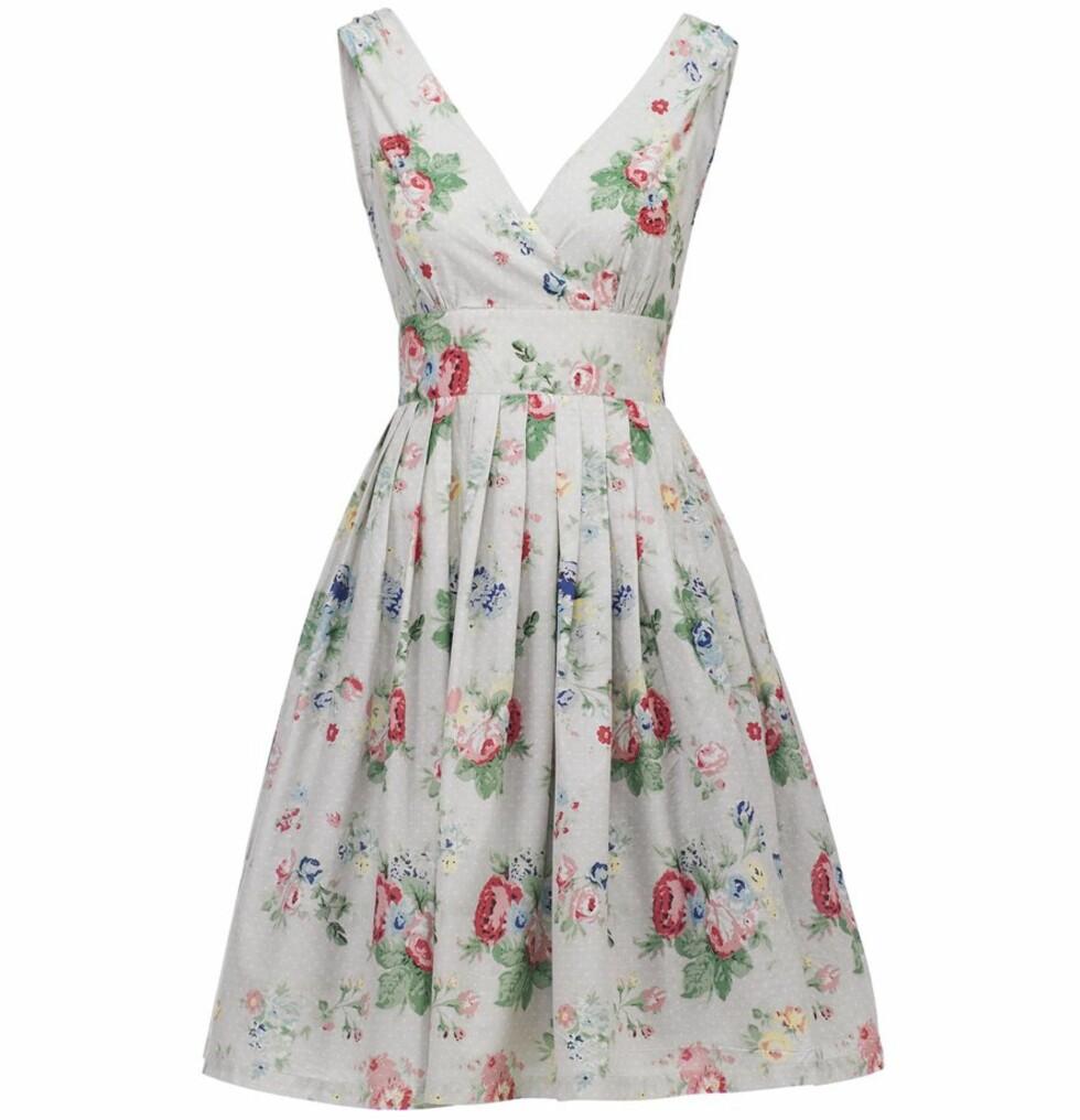 Blomstrete kjole med dyp utringning (kr 499/Kappahl). Foto: produsent