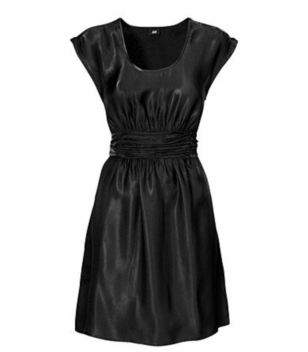 Skinnende kjole med innsving (kr 349/H&M). Foto: produsent