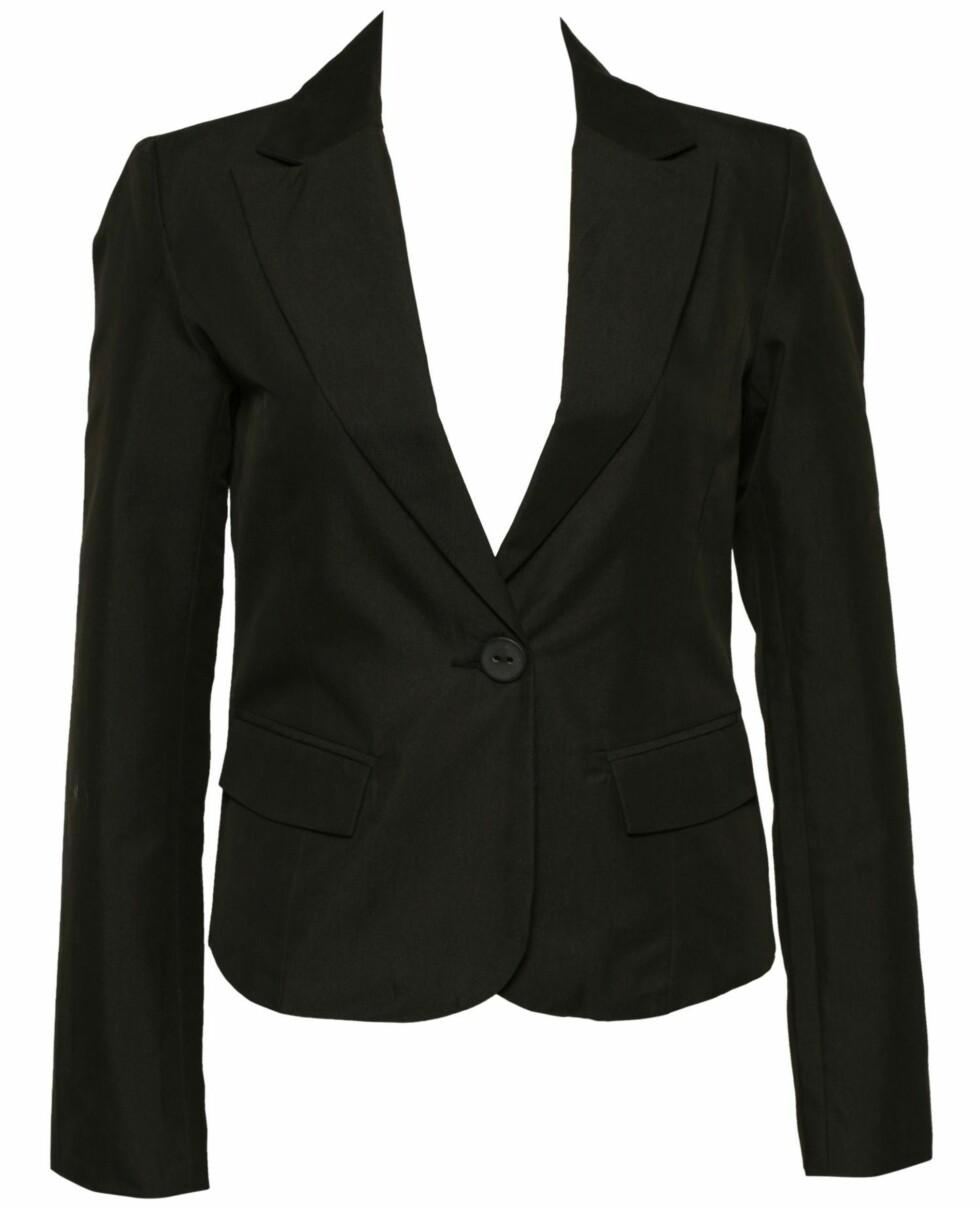 En enkel, sort blazer er like fin til kjole og skjørt som til jeans (kr 499, Ichi/Nelly.com)