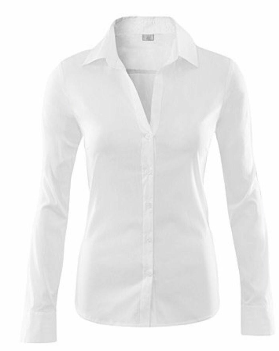 Hvite skjorter kan dresses opp og ned avhengig av hva du bruker det sammen med. Med et blyantsvart skjørt har du et fint kontorantrekk, og med hæler, jeans og et kult smykke i halsen er du klar for bytur (kr 200, H&M).