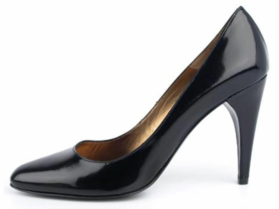Enkle, sorte pumps hører hjemme i enhver garderobe. Selvsagt er det fine til den lille sorte kjolen. Men det hever også enkle antrekk med jeans og T-skjorte (kr 1350, Pura López/Brandos.no).