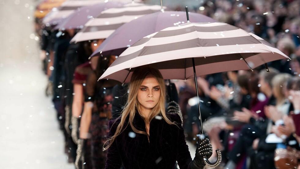 Gjør som Cara Delevingne - husk paraply! Foto: NTB Scanpix