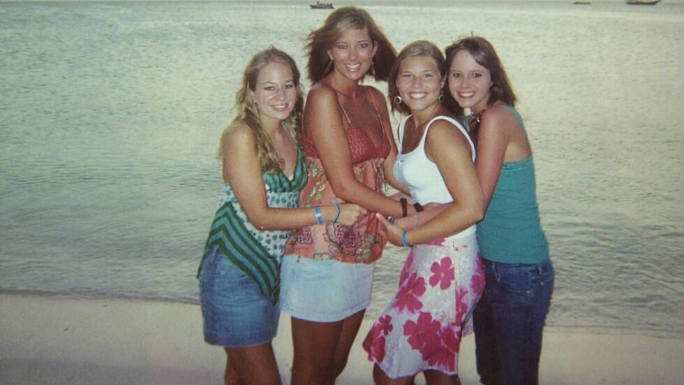 KRIM FRA VIRKELIGHETEN: For 14 år siden siden dro amerikanske Natalee Holloway (t.v.) og hennes klassekamerater til Aruba i Karibia for å feire at de var ferdig med videregående. Natalee kom aldri hjem igjen. Dette bildet av Natalee, Lee Broughton, Madison Whatley og Ruth McVay ble tatt med 18-åringens engangskamera på stranden i Aruba dagen før hun forsvant. Foto: NTB Scanpix