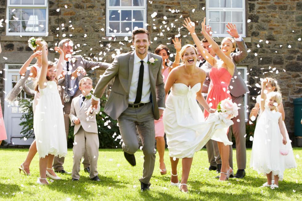 MYE KAN GJØRES SELV: Blomster og dekor kan dere ofte fikse selv, og brudekjolen kan handles billigere brukt.  Foto: Scanpix