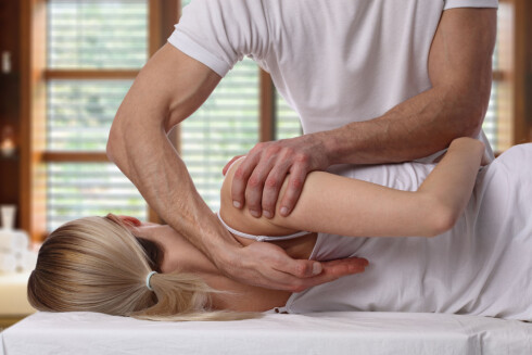 KNEKKER IKKE OPP: Vi sier gjerne at kiropraktoren skal knekke opp ryggen vår, men det er ikke tilfellet.  Foto: Scanpix