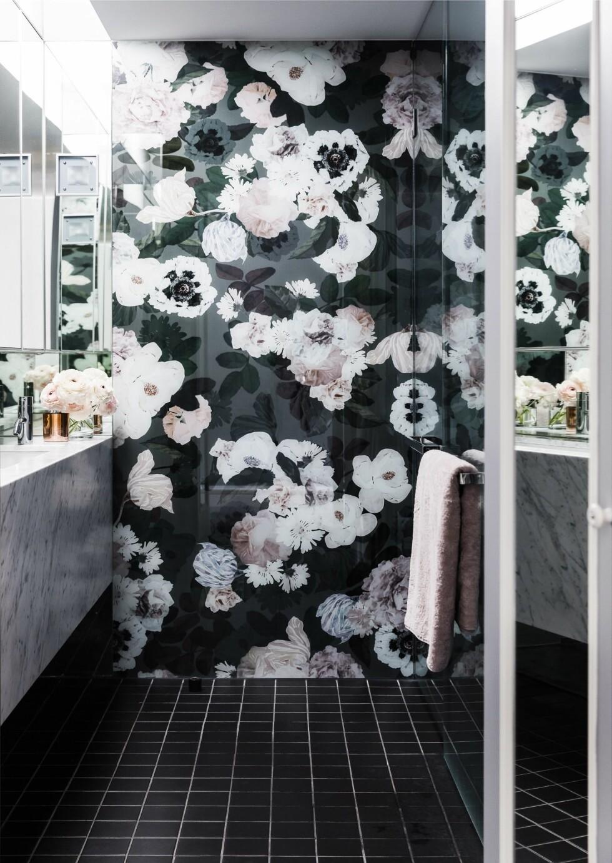 STATEMENTVEGG: Blomsterprint i stor skala er noe av det mest trendy du kan ha på veggen nå.  Foto: Bulls Press - Bauer Media Group