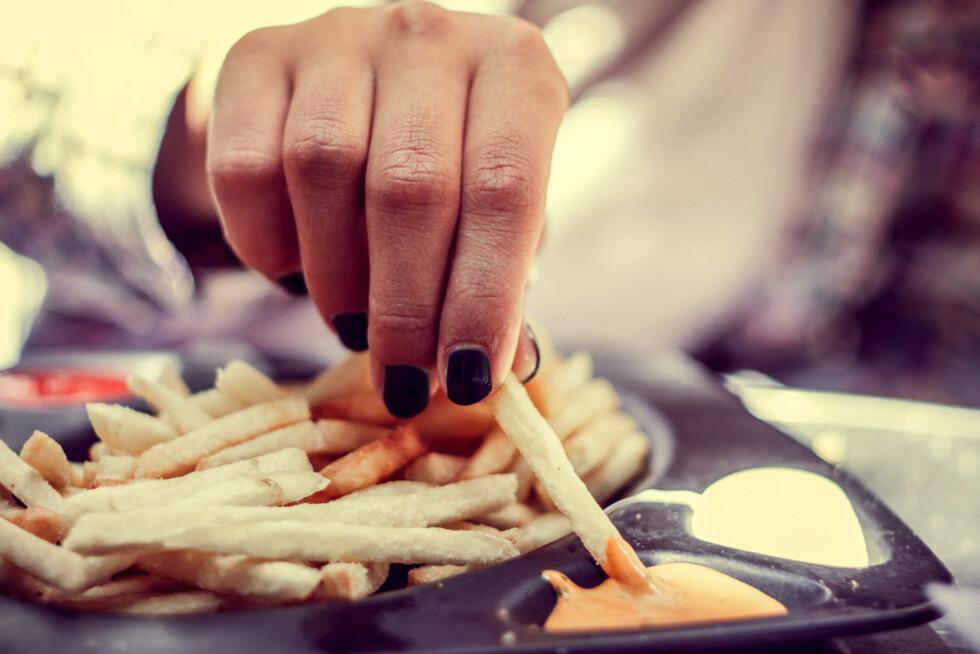 KAN GI KVISER: Blir det mye fet mat og snacks i vår- og sommermånedene kan det være at det gjør huden verre.  Foto: Scanpix