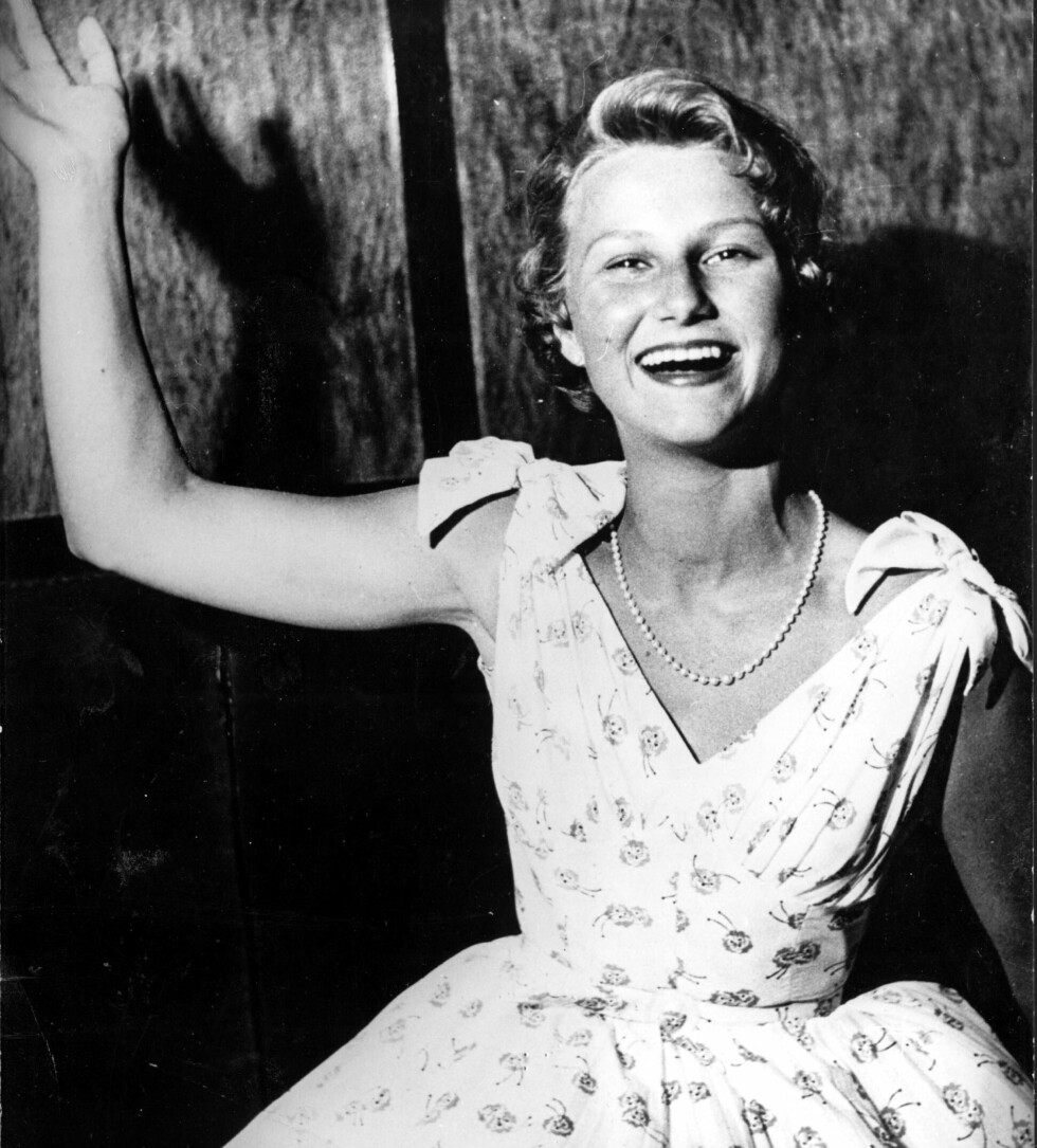 EGENSYDD KJOLE: Sonja Haraldsen fotografert i august 1955 - i en kjole hun selv hadde designet og sydd. Foto:  Foto: NTB Scanpix