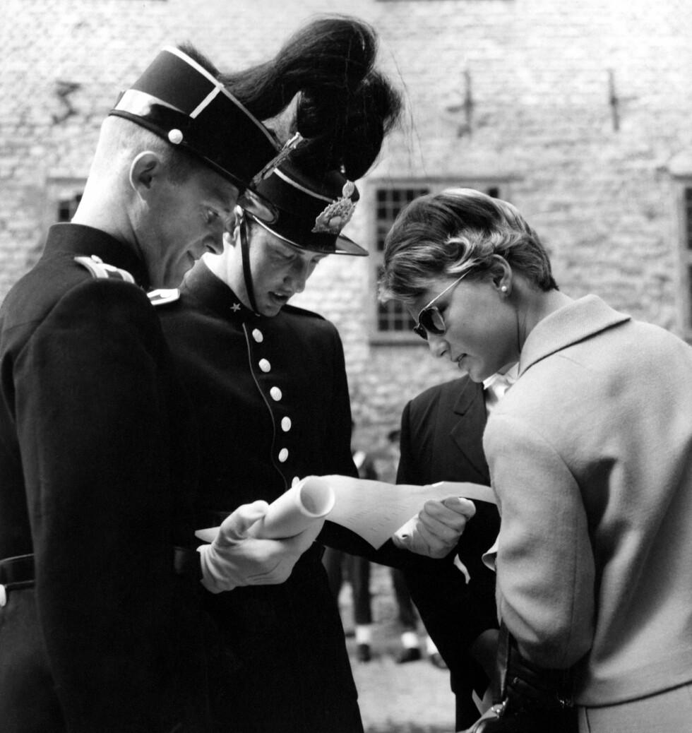 DET FØRSTE BILDET: Da dette bildet ble trykket i 1959 var det ingen som visste hvem den ukjente kvinnen var. Bildet ble tatt i august da kronprins Harald (i midten) hadde fått eksamenspapirene fra Krigsskolen. Senere ble det kjent at den unge kvinnen var Sonja Haraldsen. Foto:  Foto: Bjørn Glorvigen for NTB Scanpix