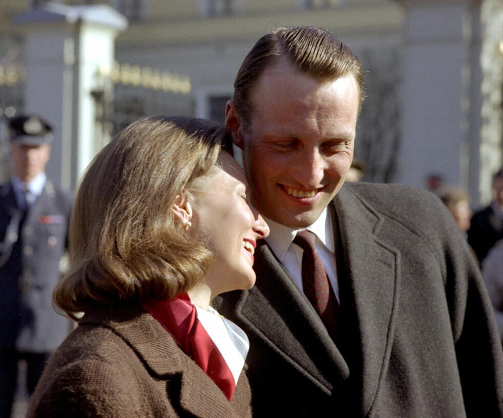 ENDELIG FORLOVET: Dette bildet er tatt på Slottplassen etter kunngjøringen av forlovelsen mellom kronprins Harald og Sonja Haraldsen 19. mars 1968. Se så lykkelige! Foto:  Foto: NTB Scanpix