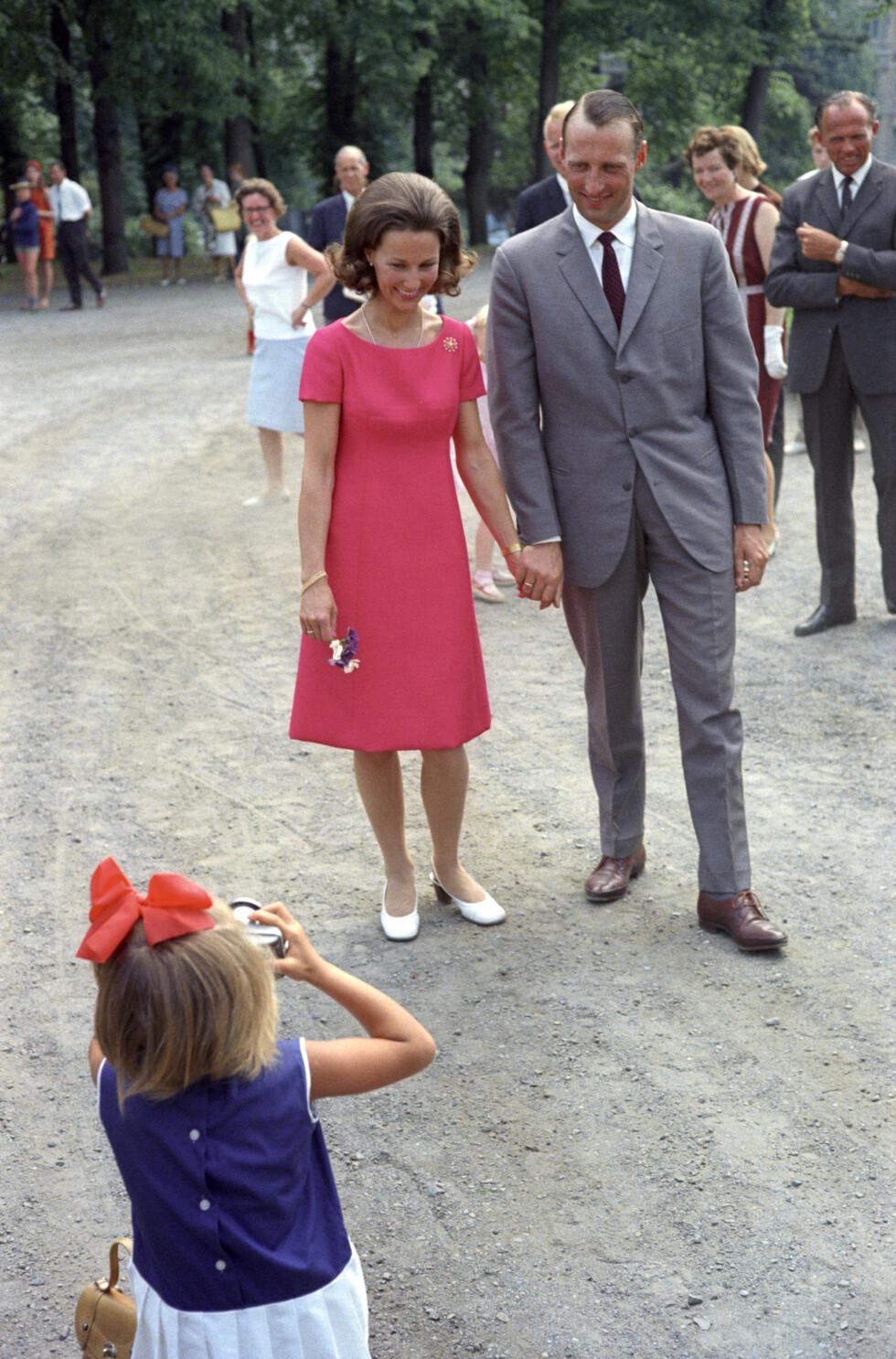 11 DAGER FØR BRYLLUPET: Kronprins Harald og Sonja Haraldsen på pressekonferanse i Dronningparken den 18. august 1968 - 11 dager før bryllupet.  Foto:  Foto: NTB Scanpix
