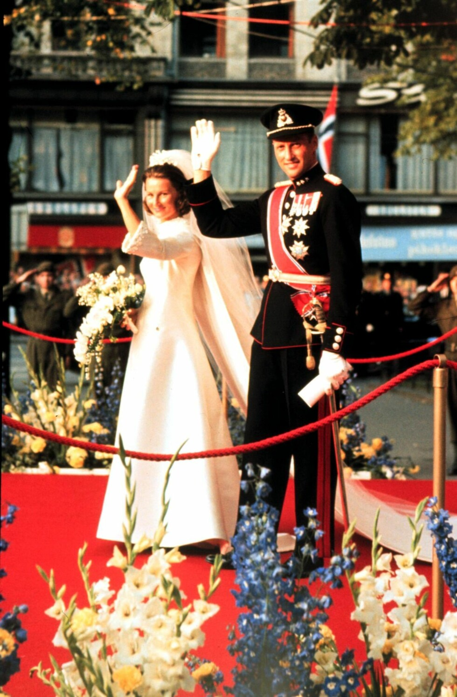 MANN OG KONE: Den 29. august 1968 var endelig ventetiden over. Her vinker det nygifte paret til folket som hadde samlet seg utenfor Oslo domkirke.  Foto:  Foto: NTB Scanpix