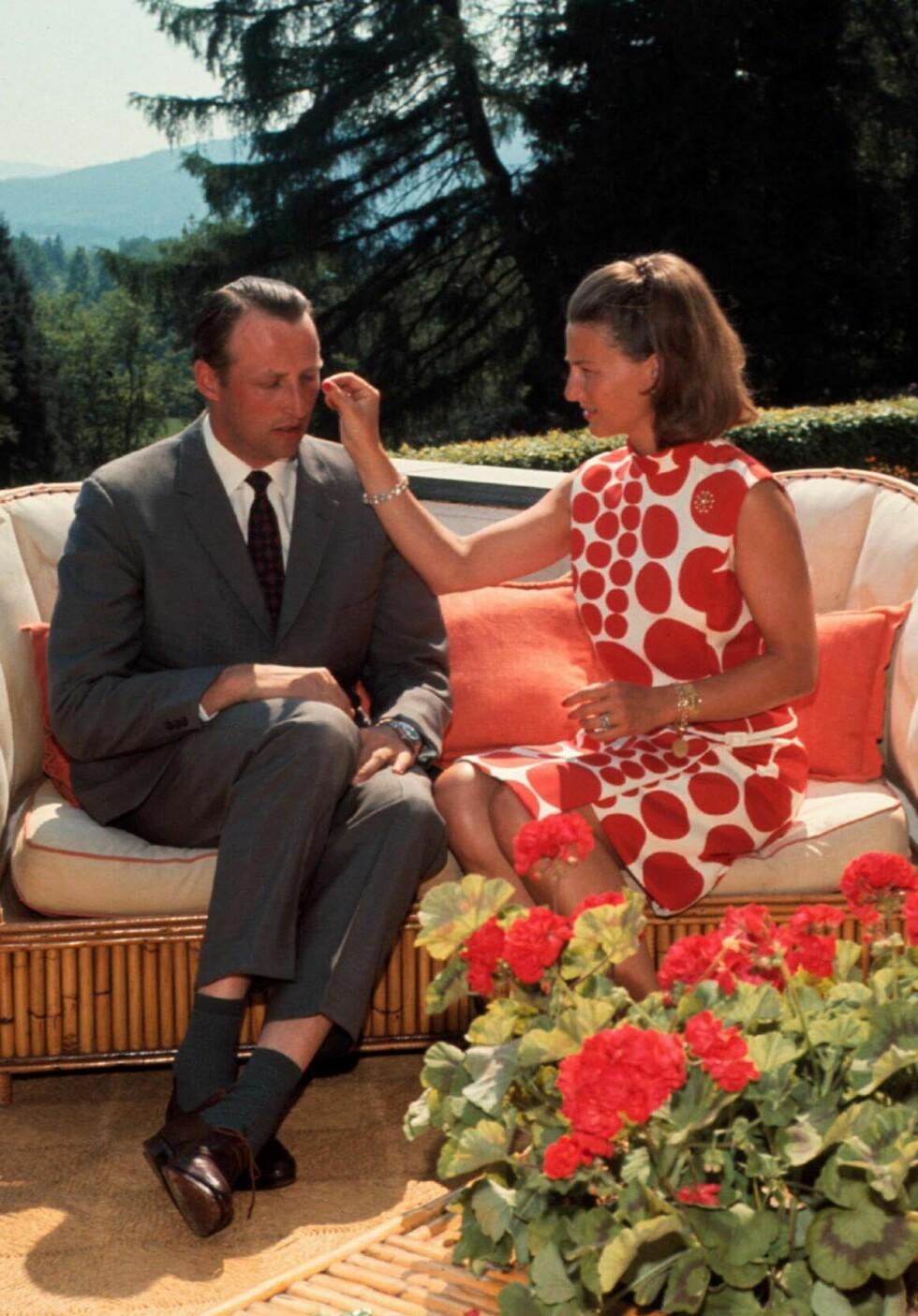 TEAM: Kronprinsparet fotografert på terrassen i sitt hjem på Skaugum sommeren 1969. Kronprinsesse Sonja i moteriktig Marimekko-kjole. Foto:  Foto: NTB Scanpix