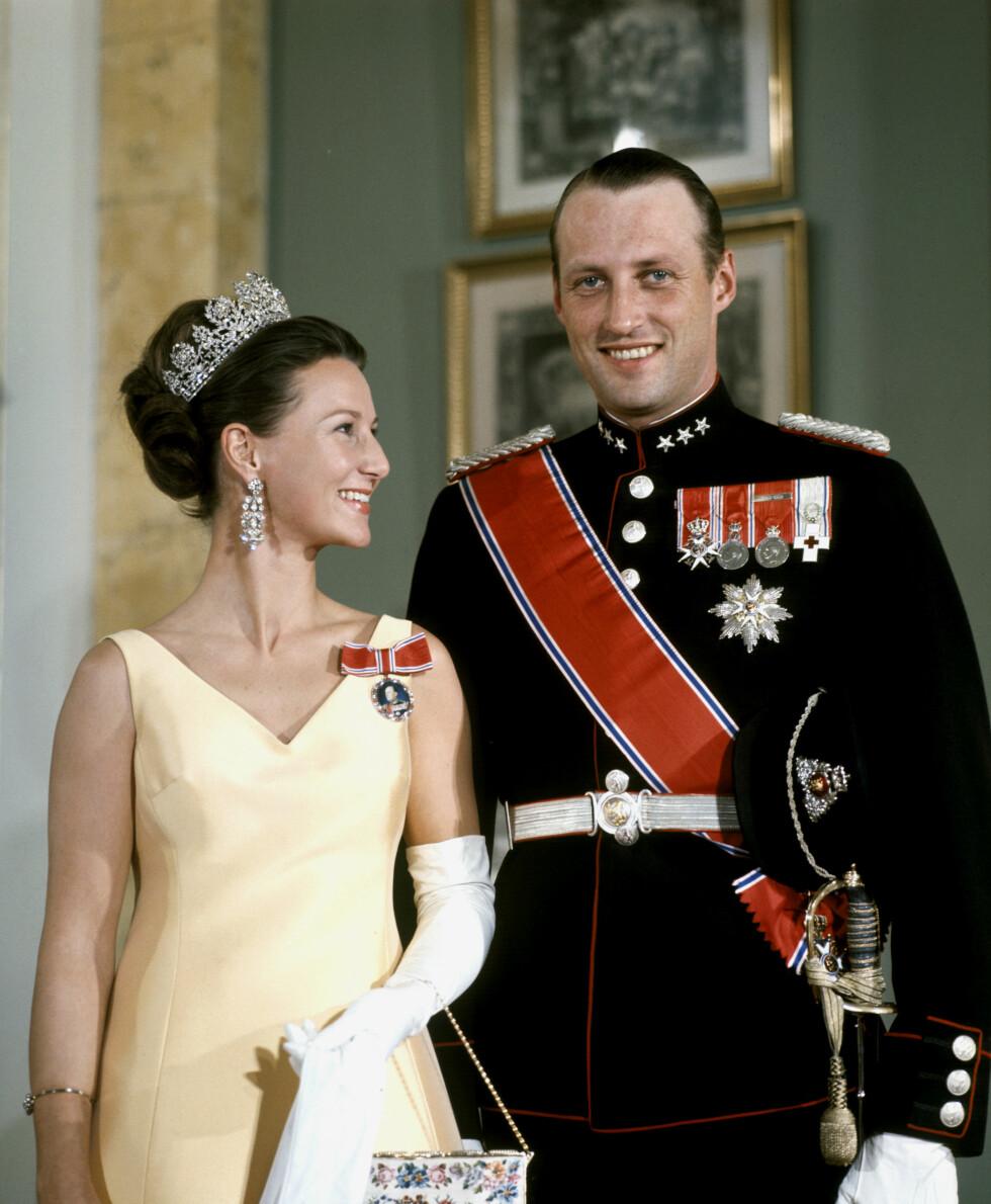 RAKRYGGET: De fire flotte damene som vi har intervjuet skryter alle av kongeparet og hvordan de har holdt ut den massive påkjenningen det må ha vært for dem at både konge, regjering og folket skulle ha en formening om deres forhold. Dette bildet er tatt i forbindelse med en galla på Slottet i 1969. Kronprinsessen i gul kjole og diadem. Kronprinsen i uniform. Foto:  Foto: NTB Scanpix