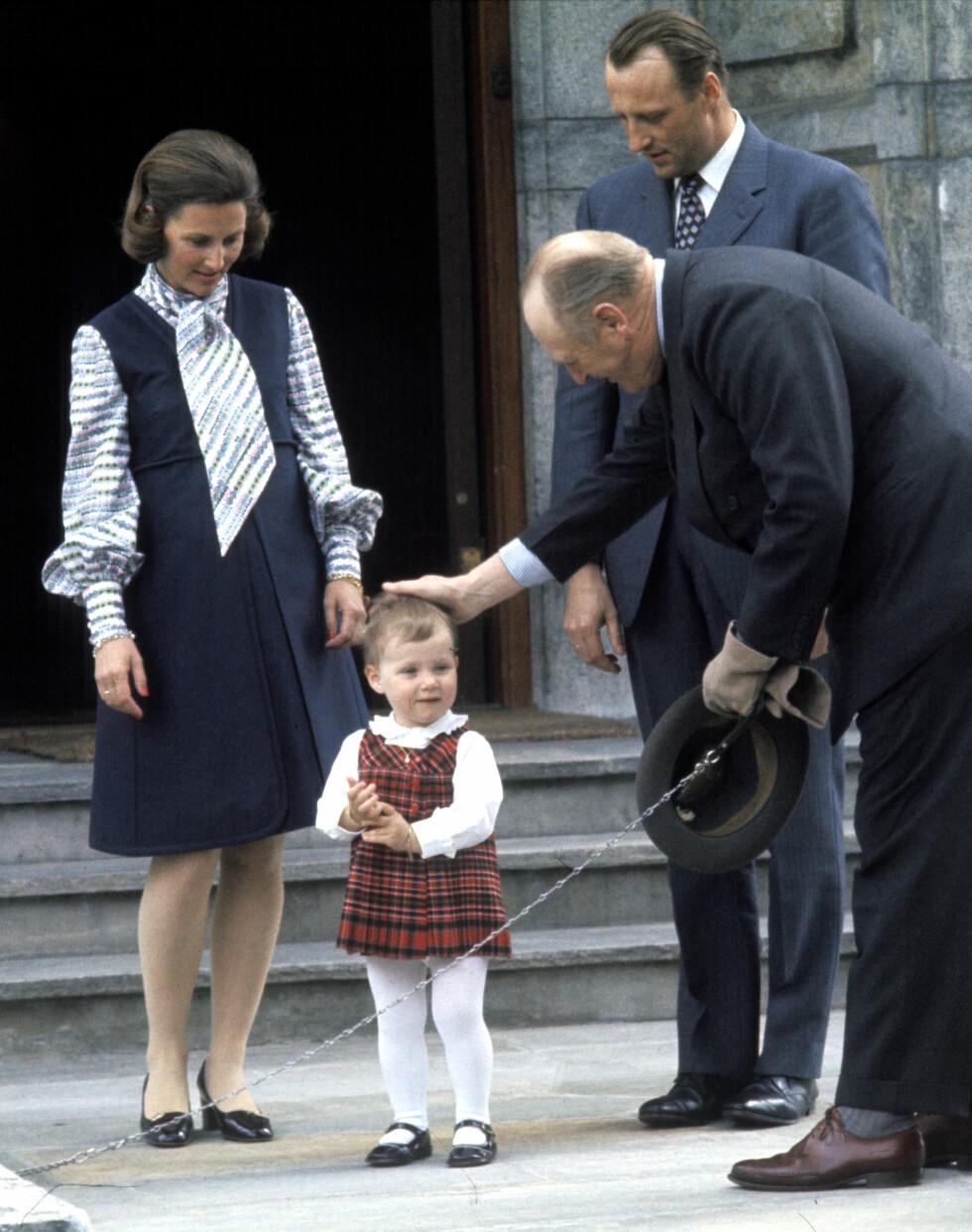 GRAVID: Kronprinsparet og prinsesse Märtha Louise sammen med Kong Olav på Skaugum sommeren 1973. På dette tidspunktet var Sonja høygravid med Haakon Magnus. Foto:  Foto: NTB Scanpix
