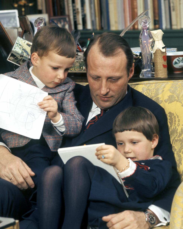 ENGASJERT PAPPA: Kronprins Harald med barna prinsesse Märtha Louise og prins Haakon Magnus i 1977. Foto:  Foto: NTB Scanpix