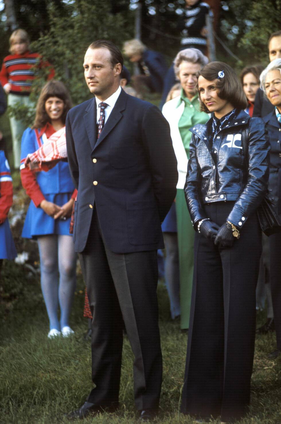 MOTERIKTIG: Kronprinsparet fotografert under en reise i Nord-Norge i 1974 - se så moteriktig og kul kronprinsessen var! Foto:  Foto: NTB Scanpix