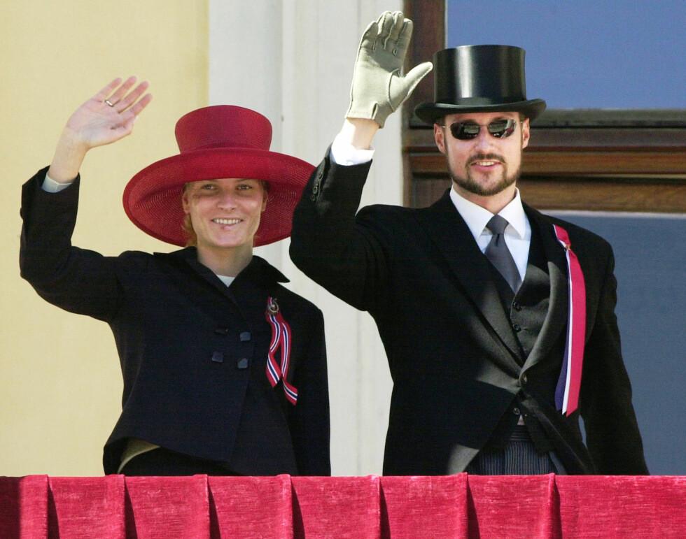 2005: Med høye hatter og høy solfaktor hilste kongefamilien barnetoget fra Slottsbalkongen 17. mai. Kronprinsesse Mette-Marit fikk bare med seg begynnelsen og slutten på den tre timer lange seansen, ettersom hun en uke før nasjonaldagen pådro seg brannskader i ansiktet på grunn av sterk sol under et intervju med den tyske TV-kanalen n-tv på Skaugum.  Foto: NTB scanpix