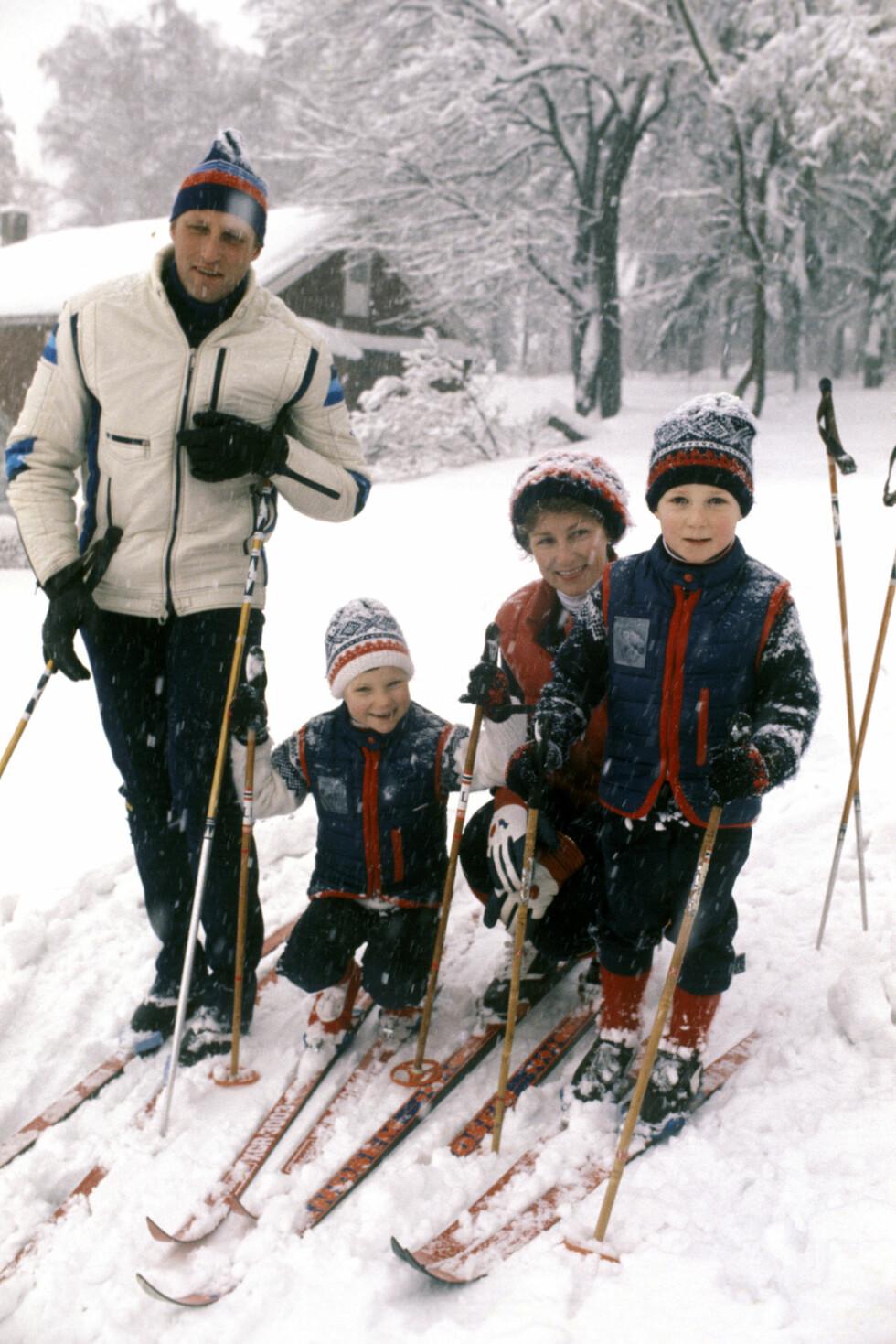 SPORTY GJENG: Dronning Sonja og kong Harald har alltid vært opptatt av å nyte naturen, og har tatt med barna på sportslige aktiviteter siden de var små. Dette bildet er tatt i 1978. Foto:  Foto: NTB Scanpix