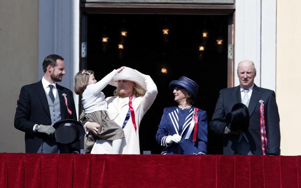 2009: Da kronprinsesse Mette-Marits hatt holdt på å blåse av hjalp prinsesse Ingrid Alexandra å holde den på plass. Så søtt! Foto: NTB scanpix