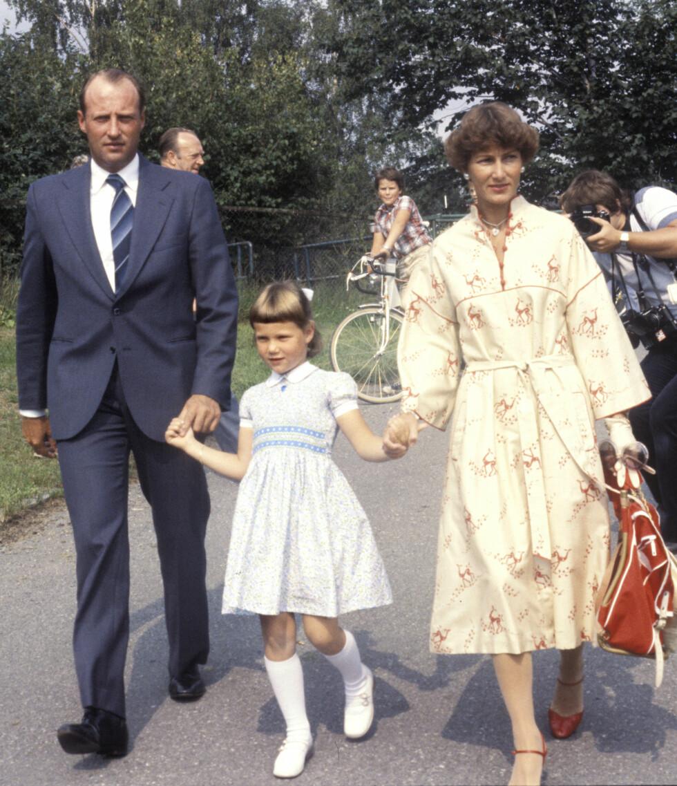 FØRSTE SKOLEDAG: Prinsesse Märtha Louise fotografert med mamma Sonja og pappa Harald i forbindelse med sin første skoledag på Smestad skole 21. august 1978.  Foto:  Foto: NTB Scanpix