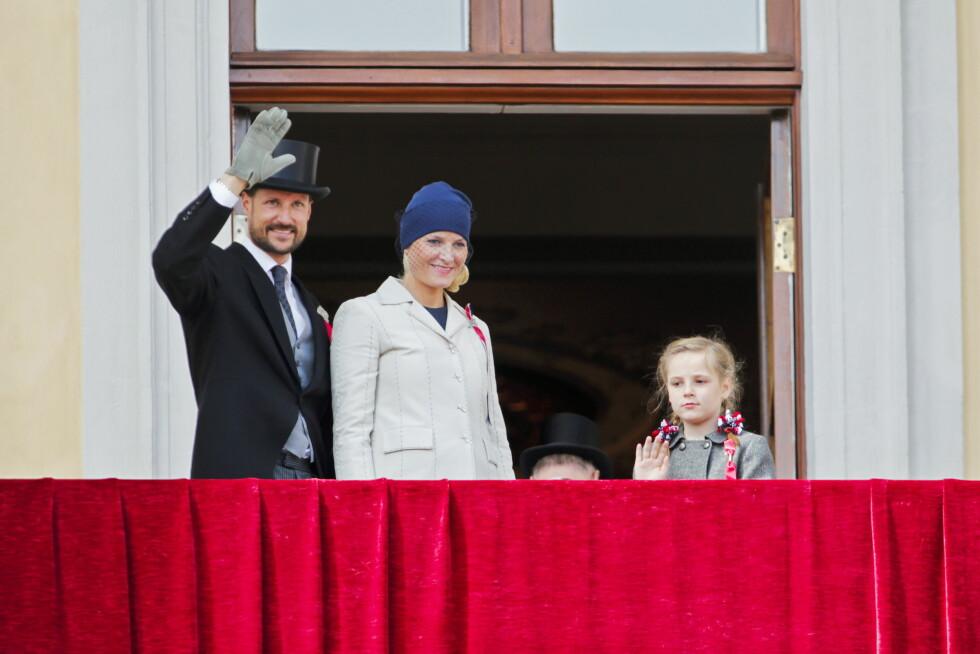 2012: Mange er spente på hva medlemmene av kongefamilien har på seg på 17.mai (når de ikke er ikledd sine flotte bunader) og i 2012 vakte kronprinsesse Mette Marit oppsikt for denne badehette/turban-inspirerte hatten designet av tyske Jil Sanders. Foto: NTB scanpix