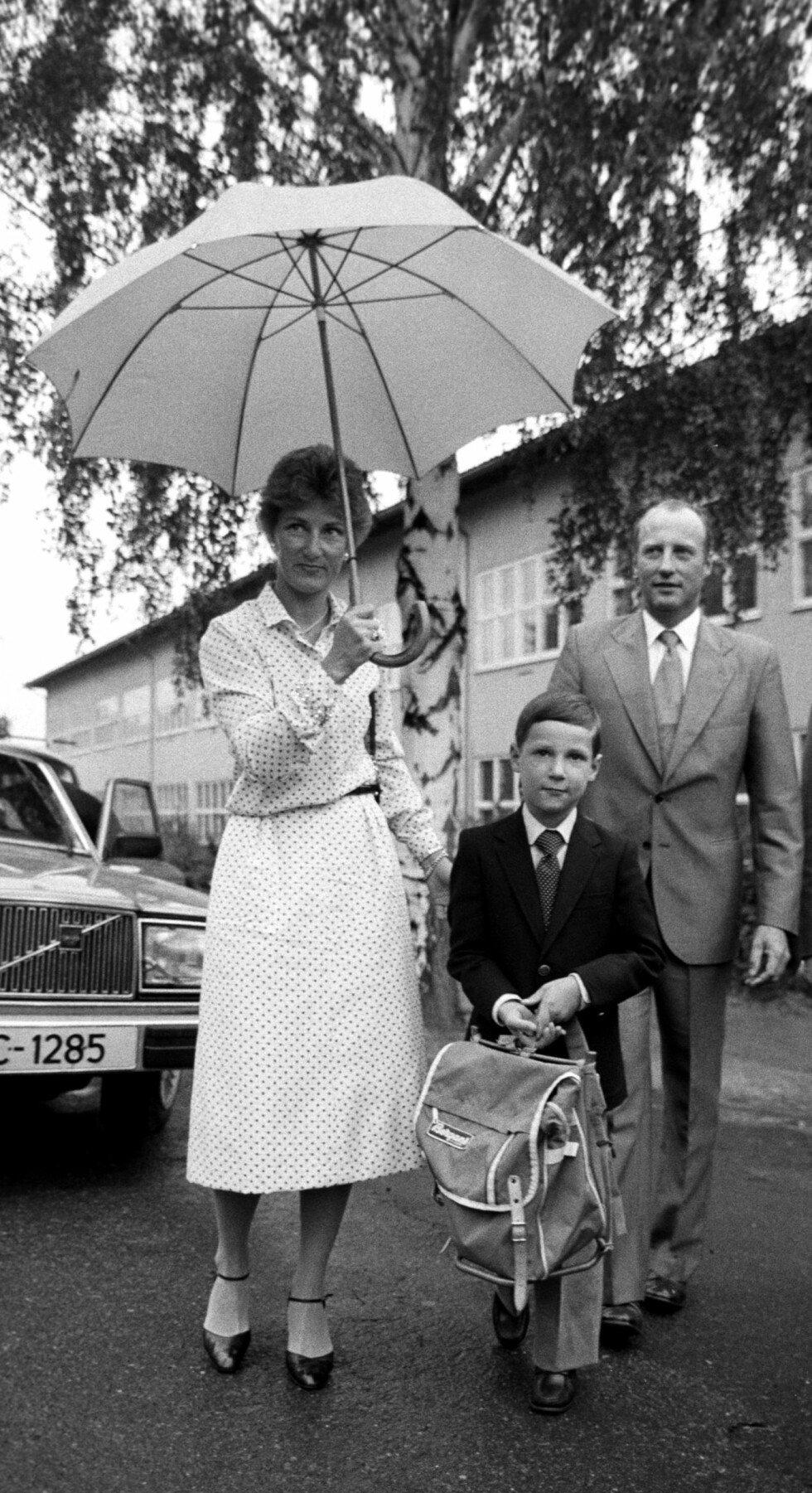 FØRSTE SKOLEDAG: Prins Haakon Magnus ble også fulgt av foreldrene da han begynte på Smestad skole i august 1980. Foto:  Foto: NTB Scanpix