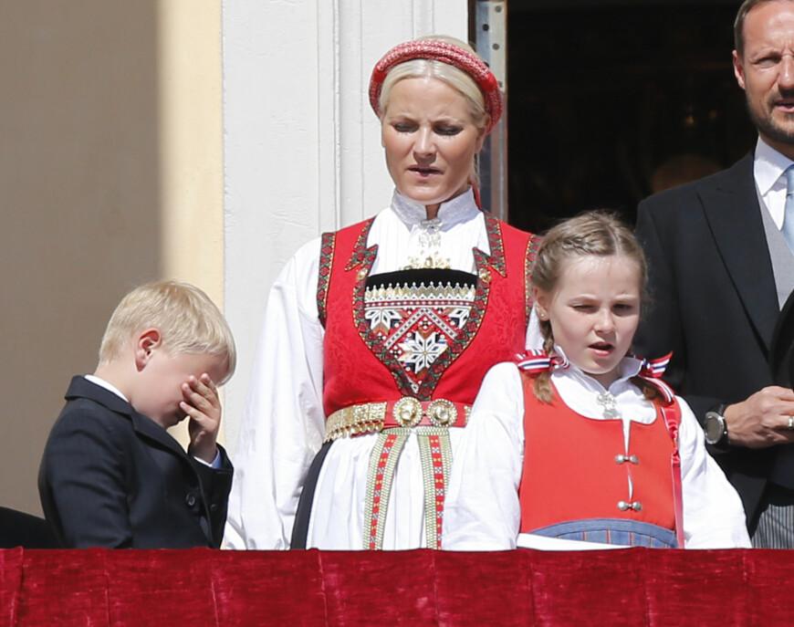 2014: På nasjonaldagen i 2014 skinte solen i hovedstaden, og det hadde nok gjort seg med et par solbriller for prins Sverre Magnus.  Foto: NTB scanpix