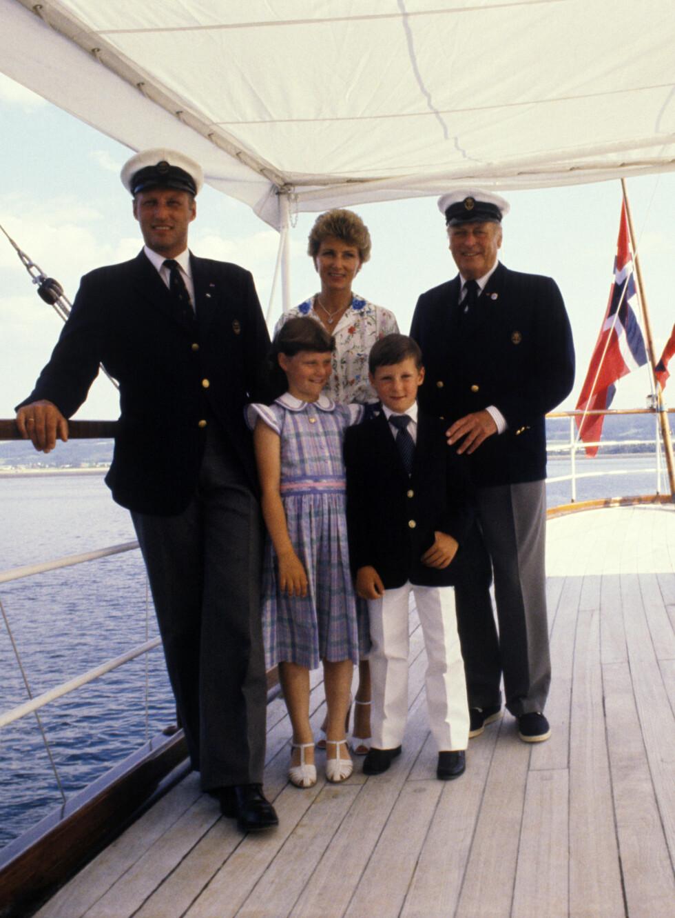 UT PÅ TUR: Kongefamilien har alltid vært opptatt av å reise rundt i Norge for å møte folket - dette bildet er tatt i forbindelse med et besøk i Trøndelag i 1980. Her er familien samlet om bord på kongeskipet «Norge». Foto:  Foto: NTB Scanpix