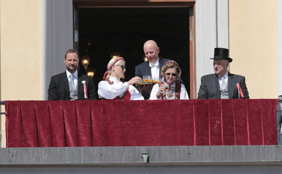 2014: Solen strålte om kapp med den bunadskledde dronningen og kronprinsessen - og det var på plass med litt forfriskninger underveis. Foto: NTB scanpix