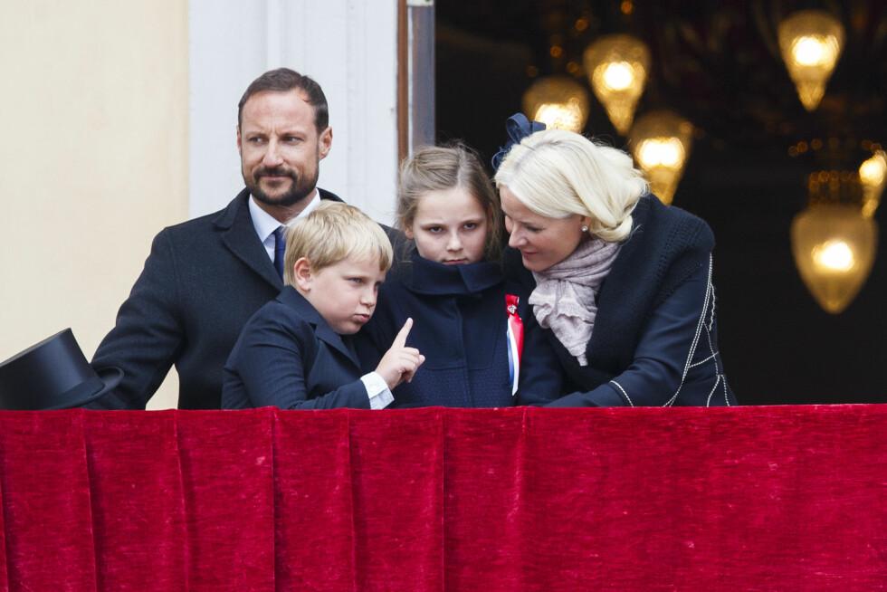 2015: Nok en liten skøyerstrek fra prins Sverre Magnus på slottsbalkongen.  Foto: NTB scanpix
