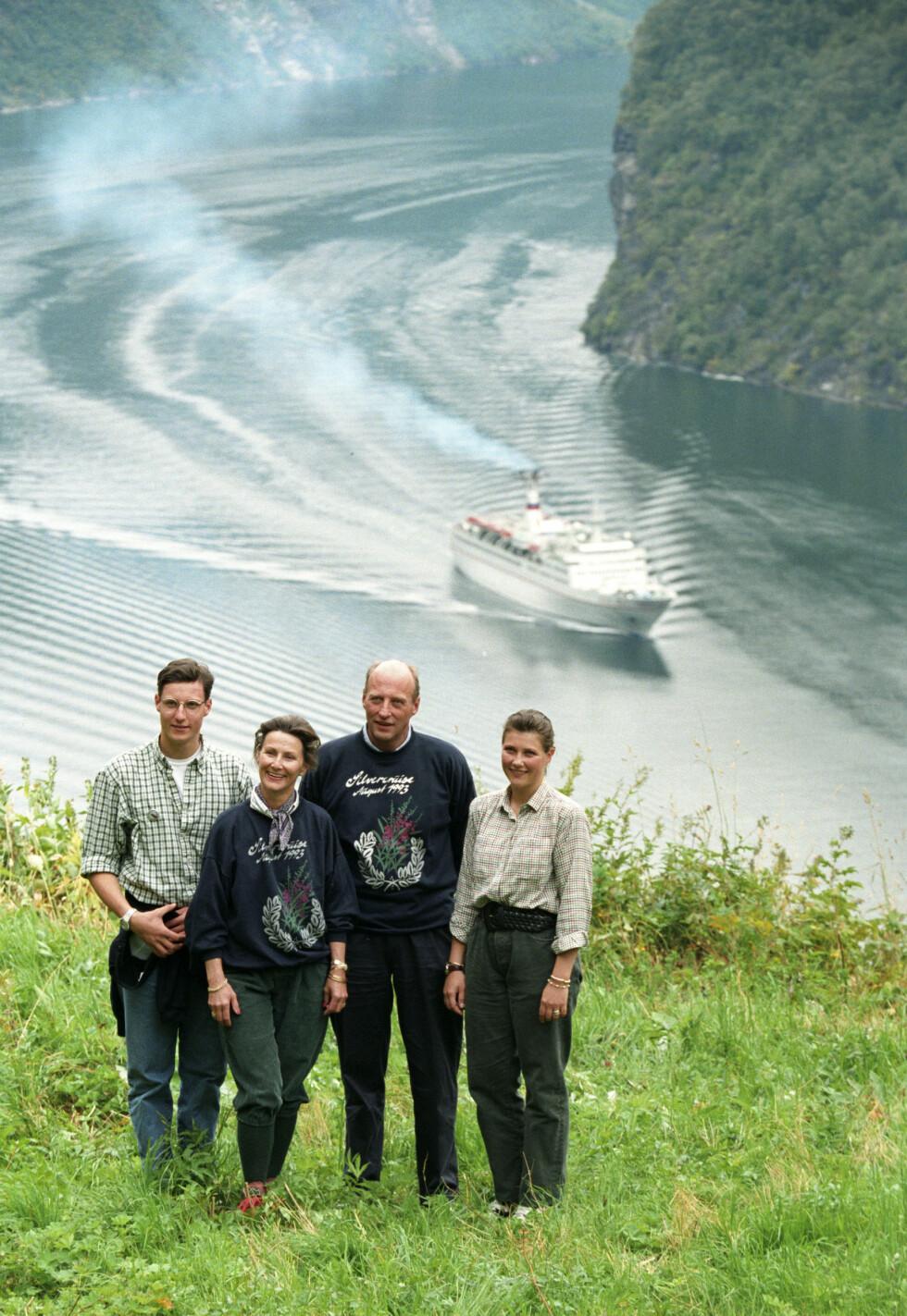 IKONISK: Kongefamilien fotografert på Skageflå ved Geirangerfjorden i forbindelse med sølvbryllupet i 1993.  Foto:  Foto: NTB Scanpix