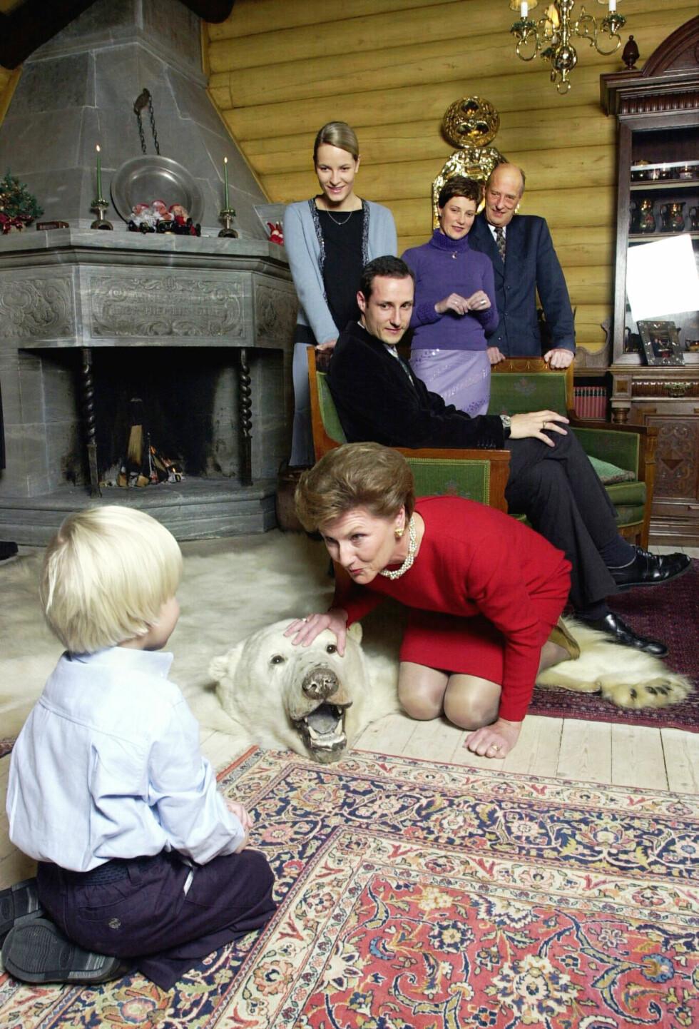 IKONISK BILDE: Dronning Sonja vet alt om hva det vil si å «være ny i kongefamilien». Hun tok derfor imot stebarnebarnet Marius Borg Høiby med åpne armer da han kom inn i kongefamilien på slutten av 90-tallet. Dette bildet er tatt på kongsseteren i 2000. Foto:  Foto: NTB Scanpix