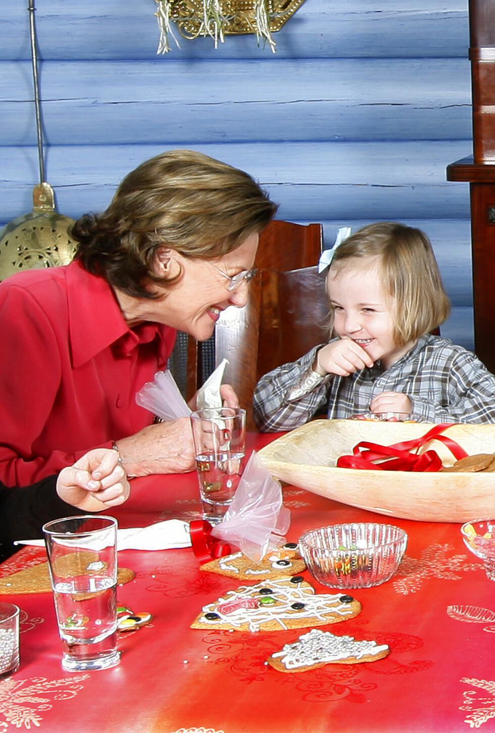 FARMOR SONJA: Det er ingen tvil om at dronning Sonja og prinsesse Ingrid Alexandra har et helt spesielt bånd. Dette bildet er tatt i 2007. Foto:  Foto: NTB Scanpix