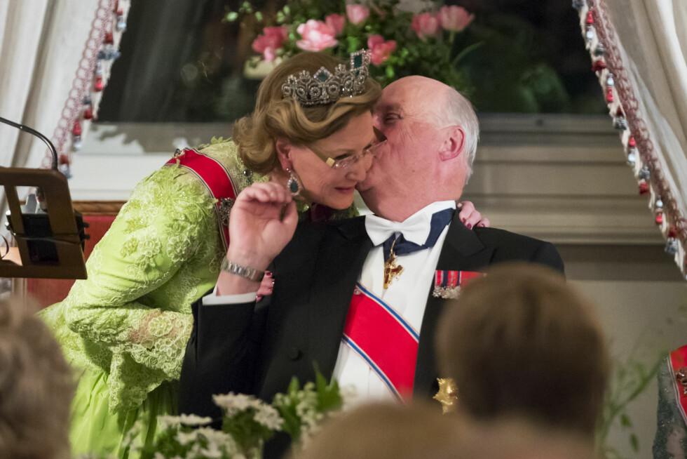 STILL GOING STRONG: 9. mai feiret kong Harald og dronning Sonja sine 80-årsdager med folkefest i hovedstaden. Kongen ga kona et kyss på kinnet etter at hun hadde holdt tale til ham under  gallamiddagen på Slottet. Så søte! Foto: NTB Scanpix