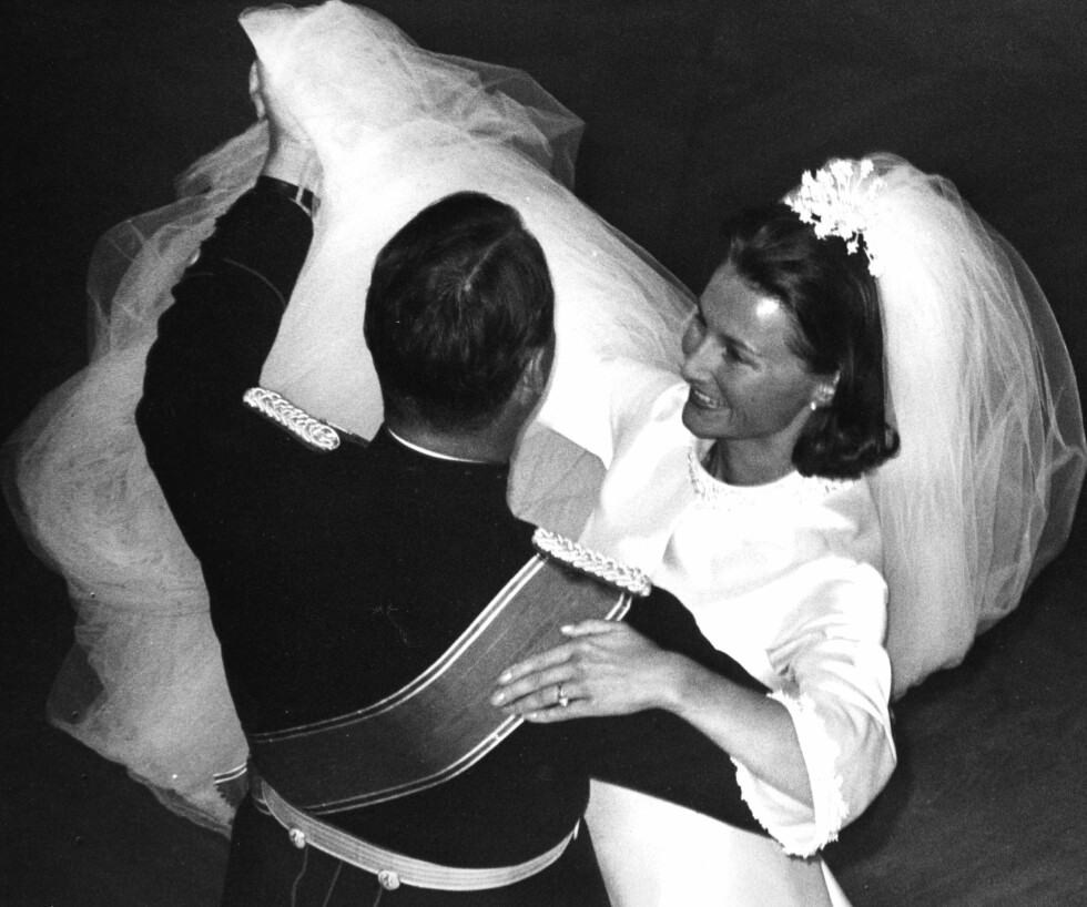 ENDELIG: Den 29. august 1968 fikk ENDELIG kronprins Harald sin drømmeprinsesse - Sonja Haraldsen fra Oslos beste vestkant. Da hadde de ventet i hele ni år på å få hverandre. Brudens smil under bryllupsvalsen på Slottet sier mer enn tusen ord! Foto: Foto: NTB Scanpix