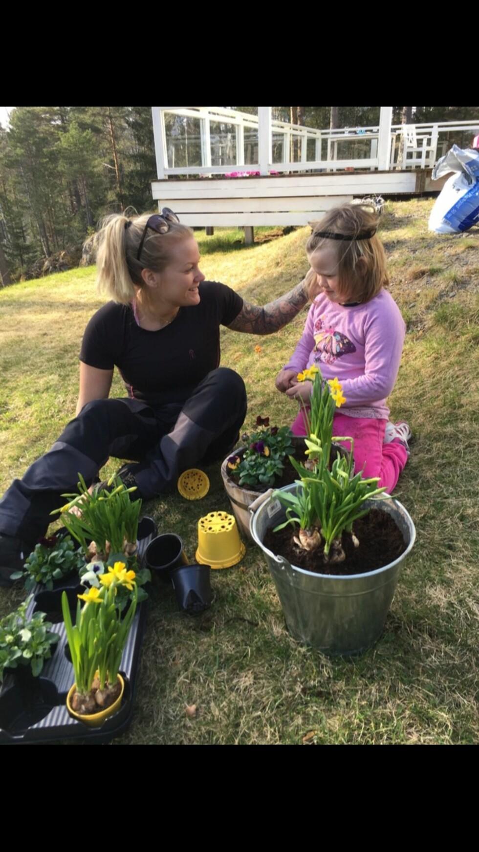 <strong>MAMMA:</strong> Charlotte ute i hagen sammen med datteren.  Foto: Privat