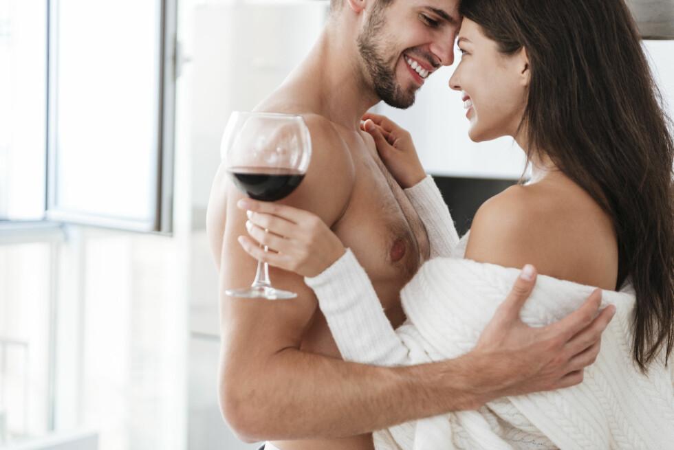 SNAKK SAMMEN: Vil du sprite opp sexlivet med sexleketøy, råder ekspertene deg til å ta det opp med kjæresten. - Prøv å finne en god timing. Personer og par har ulik kommunikasjonsstil og det viktigste er at du får tatt det opp med kjæresten om det er noe du har lyst å prøve, Kate Elin Søyland. Foto: NTB scanpix