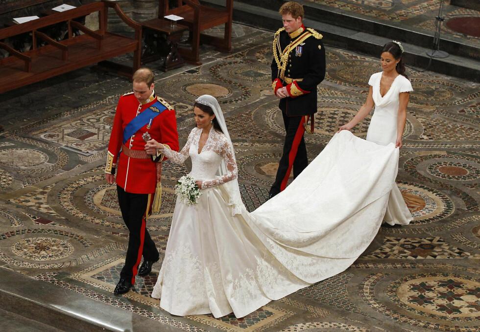 HÅND I HÅND: Prins William og Kate på vei opp altergangen etterfult av hans bror prins Harry og hennes søster Pippa - som hadde fått det ærefulle oppdraget med å være parets forlovere.  Foto:  NTB Scanpix