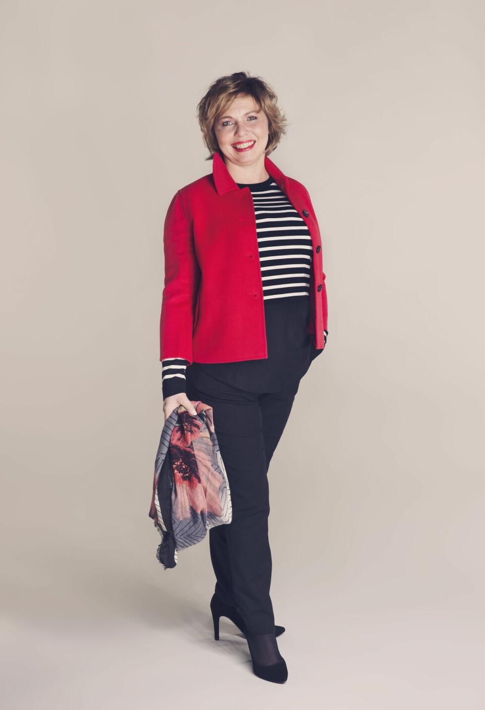 FRESH OG FLOTT: Jakke (kr 3900, Day), genser (kr 799, Fiori Woman/Fashion & Brands), bukser (kr 599, Selected Femme/Walk-in Closet), skjerf (kr 179, Mappstore), sko (kr 1698, Shoe + Shoe). Foto: Yvonne Wilhelmsen