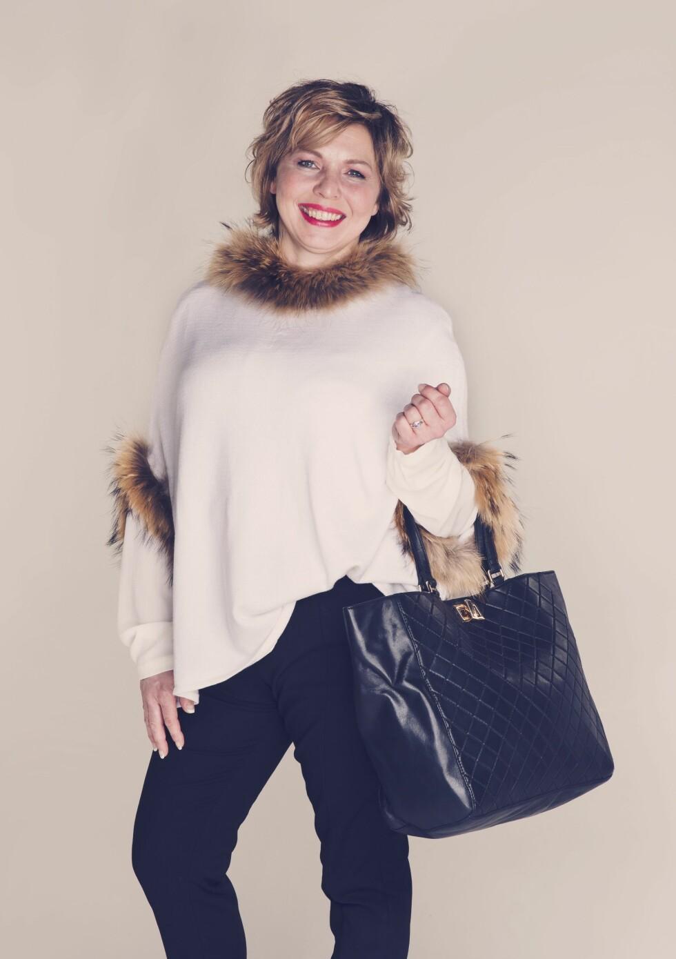 ELEGANT I PONCHO: Bukser (kr 599, Selected Femme/Walk-in Closet), bluse (kr 849, Modstrøm/Walk-in Closet), poncho (kr1999, Anemone/ Fashion & Brands), veske (kr 2199, Day).  Foto: Yvonne Wilhelmsen