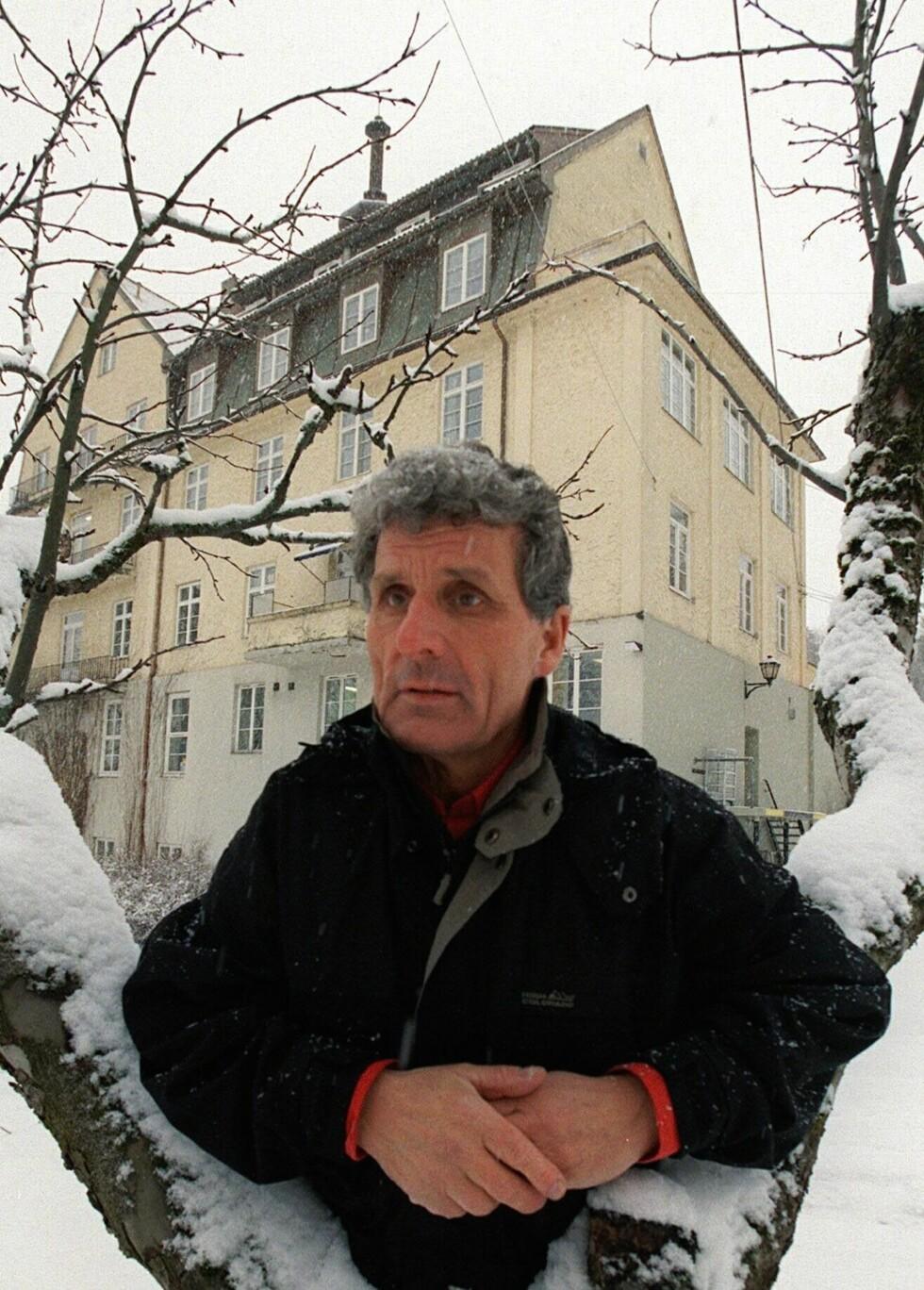 SØKTE ERSTATNING: Paul Hansen fotografert i 2010 foran bygget som rommet Lebensborn-hjemmet Godthaab i Bærum. Hansen er krigsbarn og ble erklært åndssvak som barn. Han har fire års skolegang og vokste opp på flere ulike barnehjem. I 2010 søkte han om erstatning fra staten for de krenkelsene han har opplevd.  Foto: NTB Scanpix