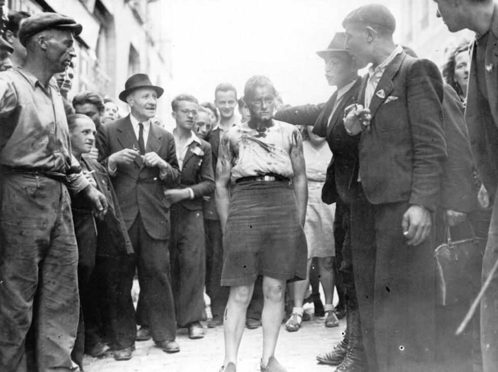 BLE YDMYKET OFFENTLIG: Denne franske kvinnen ble i 1944 beskyldt for å være kollaboratør (såkalt «tyskertøs»),og fikk håret klippet av og jod helt over hodet. Hun ble ført gjennom gatene i Rennes før hun ble overlevert franske myndigheter av folkemengden. Det samme skjedde i Norge etter frigjøringen. Foto: NTB Scanpix
